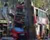 Двухэтажный автобус врезался в дерево