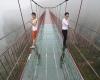 В Китае построили подвесной мост из стекла