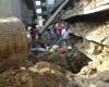Число погибших в разрушенном здании Индии растет
