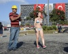 Девушка в бикини присоединилась к протестующим в Стамбуле
