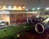 Самолет протаранил двухэтажное здание